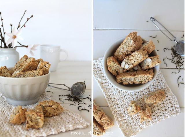 biscotti alle mandorle e tè al gelsomino