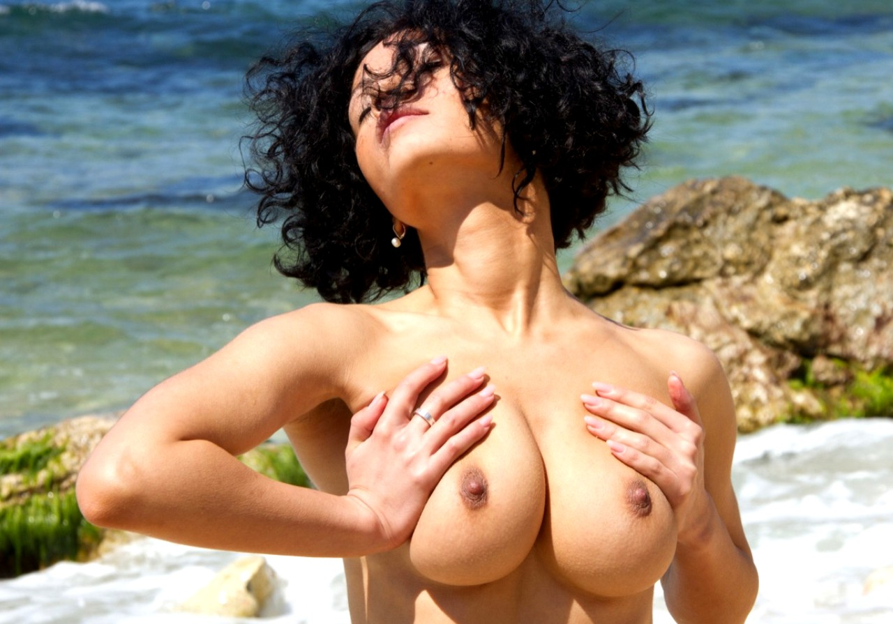 Голая Красивая Грудь На Пляже