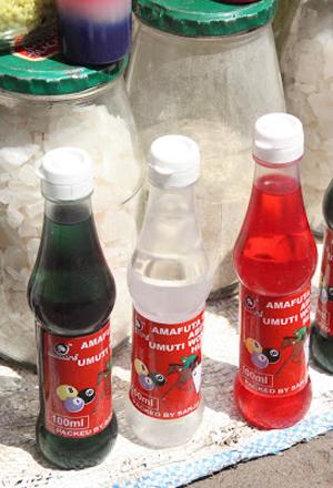 Frascos contendo remédios de várias cores