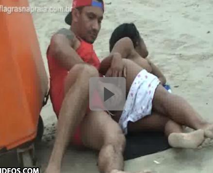 Vagaba vira a bunda e deixa o boy meter na praia