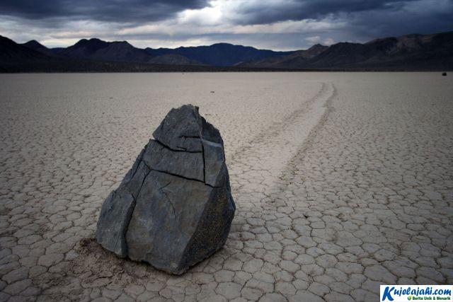Akhirnya Misteri Batu Bergerak Terkuak - Kujelajahi.com