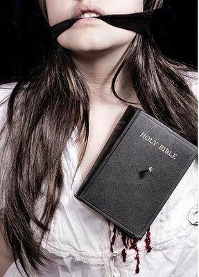 mulher com a boca amordaçada e a biblia cravada no peito