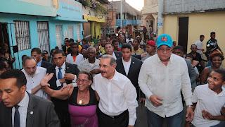 En visita sorpresa, Danilo Medina dispone el saneamiento cañada en Barrio Enriquillo