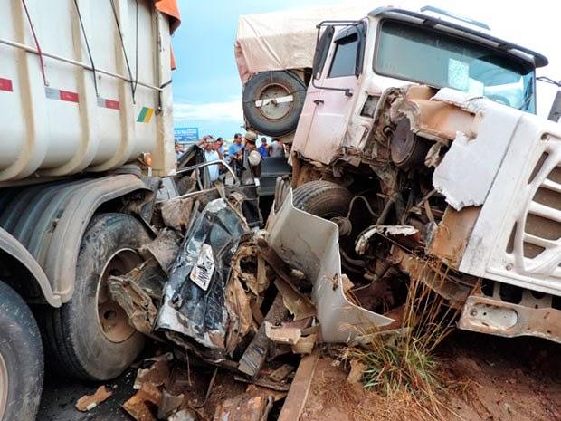 Carro foi imprensado por dois caminhões em acidente na Bahia (Foto: Sigi Vilares/Blog do Sigi Vilares)