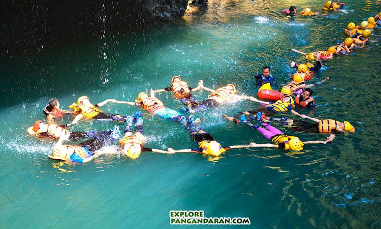 aktivitas Body Rafting menerjang jeram Cijulang