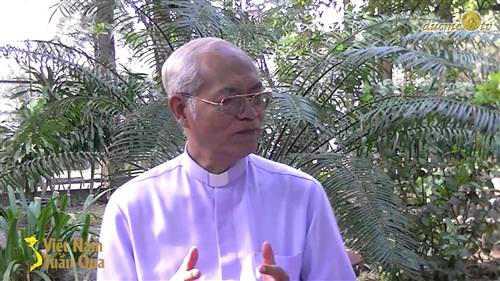 Linh mục này là ai?