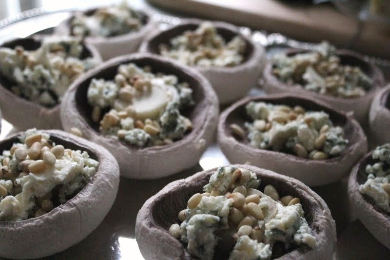 ... Mushrooms with pine nuts, blue cheese and crispy breadcrumbs - recipe