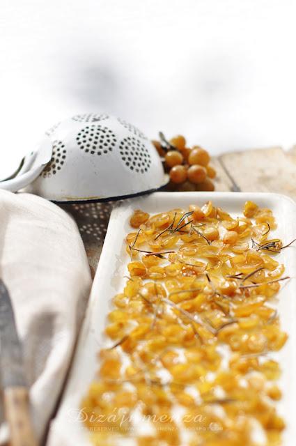Rozmaringos - sült szőlős kenyér dióval, márványsajttal és fagyasztott szőlővel