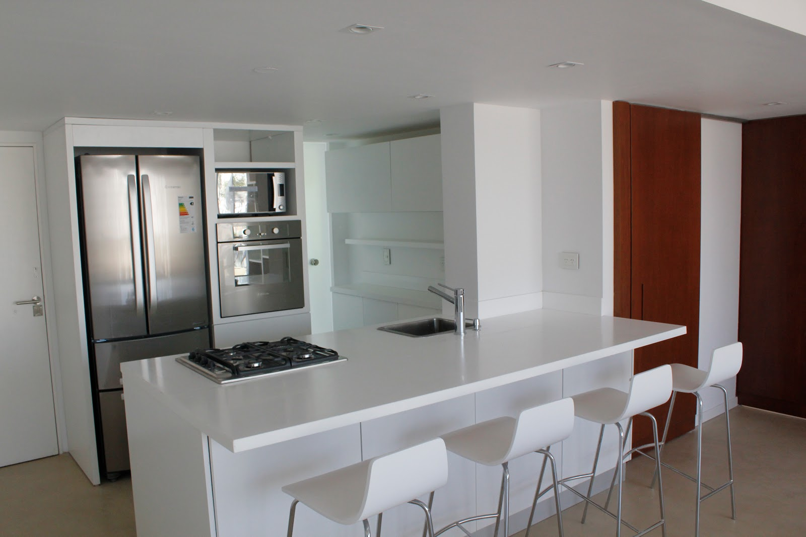 Kasa cocina minimalista blanca by architect julieta for Kasa diseno interior