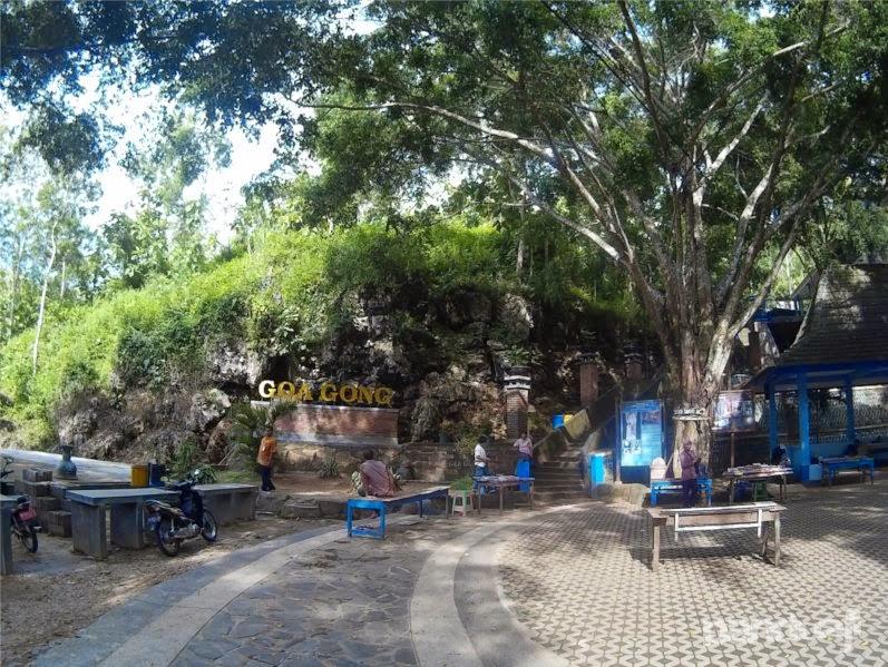 Halaman Parkir Gua Gong