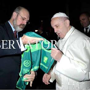 Papa recebe camisa Chapecoense