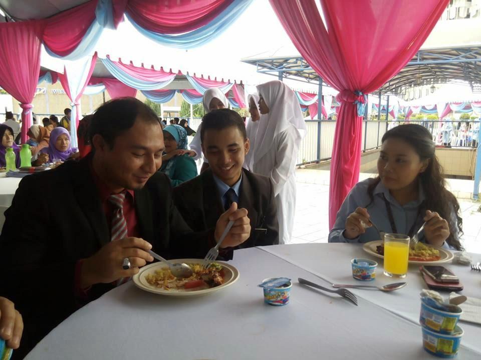 Cikgu Hailmi, Azhan dan CIk Anne dari MCMC sedang menjamu selera