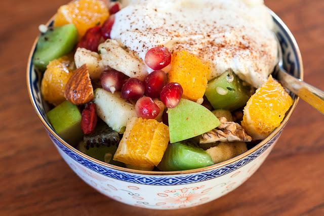 Salata od nasjeckanog voća, orašastih plodova, sjemenki i suvog voća