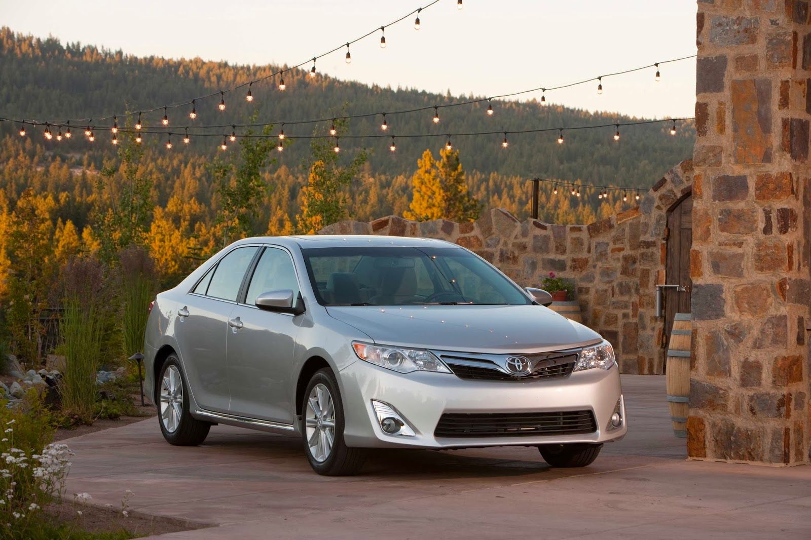 The 2013 toyota camry xle v6 can run with nissan altima and honda accord but can it dance
