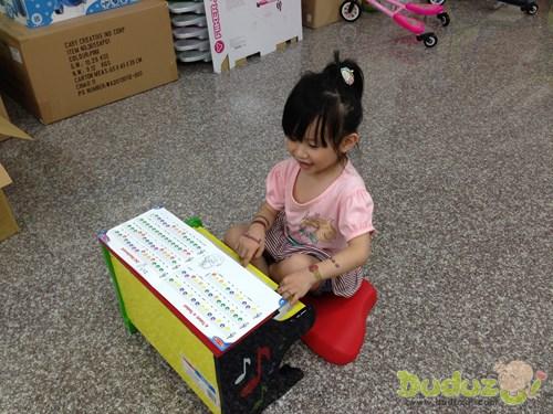 彈奏中學習辨別顏色及認識英文字母,進而彈出正確的音階