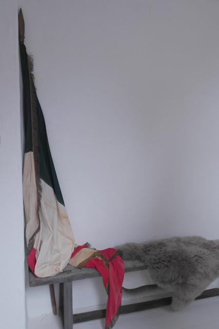 Antike französische Flagge dekoriert im Flur.