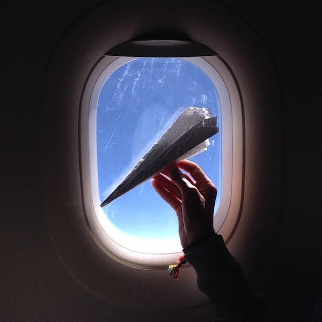 Avião de papel contra luz