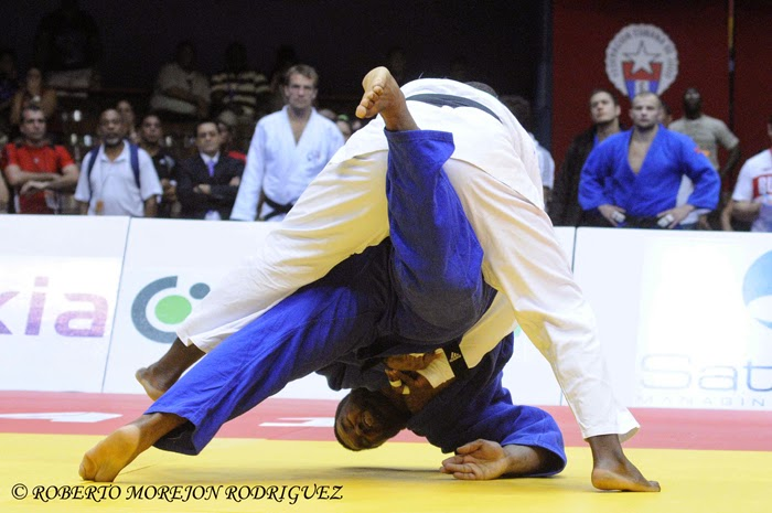 Oscar Brayson (kimono azul) , de Cuba, derrota a Alex García, de Cuba, durante el repechage de más de 100 kilogramos, en la jornada final del Grand Prix de Judo, en el coliseo de la Ciudad Deportiva, en La Habana, Cuba, el 8 de junio de 2014.