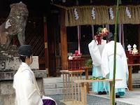 お供え物をする当宮の神職たち。