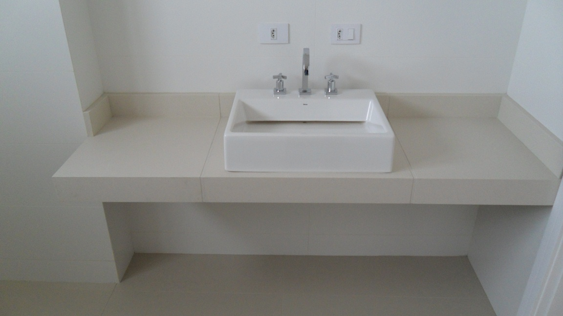 Bel Taglio , cortes especiais em porcelanato Banheiro com nichos em meia es -> Borda Nicho Banheiro
