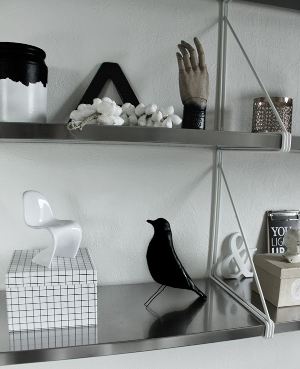 diy eames, diy fågel, inredning, pyssel, lera, skulptera med lera, look a like, inredning, svart, vitt, på hylla, inredningsdetaljer, miniatyrstol, vit stol, snäckor, ikea hylla, box, papplåda, rutigt, lågor från lagerhaus,