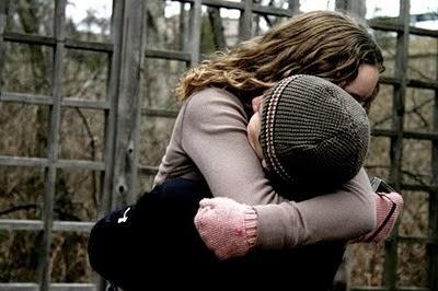 y lo abrazó tan fuerte que le rompió los miedos...