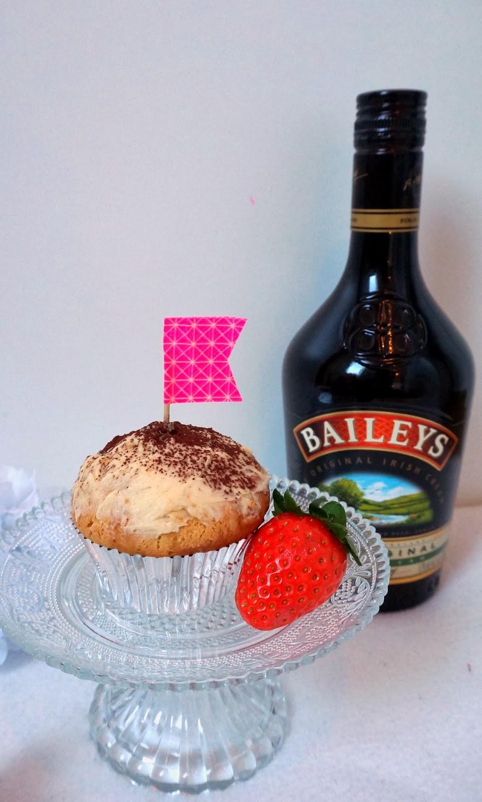 Baileys du de leche trés leche Cupcakes Alkohol Erdbeere Geburtstag Milch
