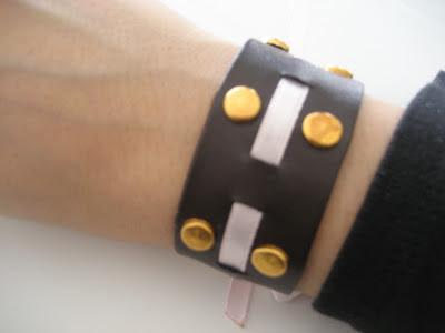 Detalle brazalete tachuelas/ studded bracelet / manchette cloutée