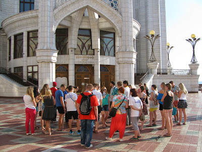 Туристы перед мечетью Кул Шариф