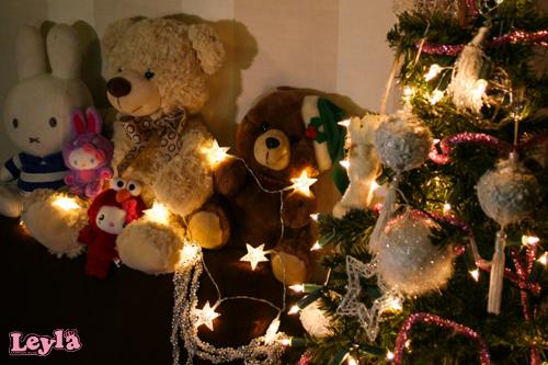 een kerstboom met knuffels nijntje , hello kitty en beren