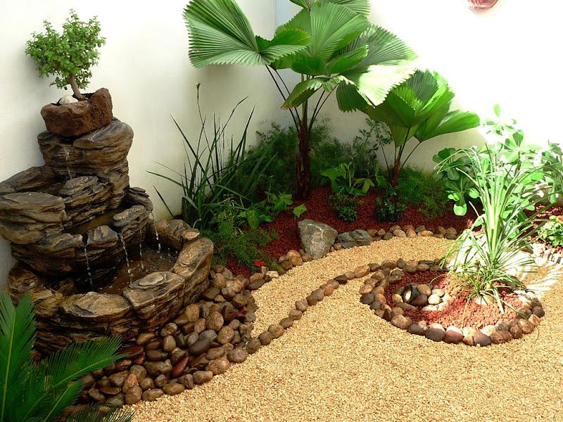 diseño jardín pequeño con fuente, piedras de rio y bonsai