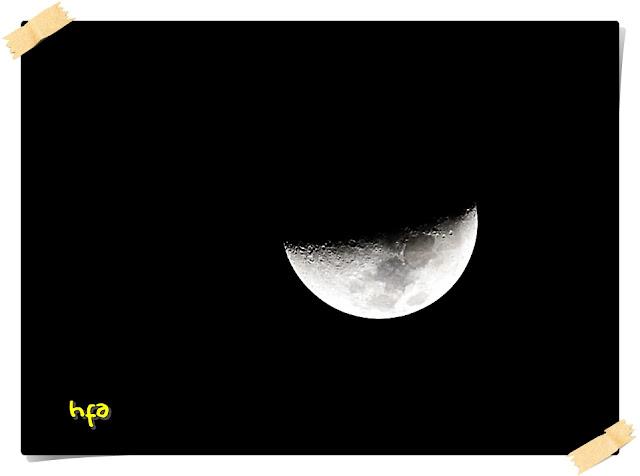 when the moon smile, keindahan bulan sabit ketika mendekati bulan separuh