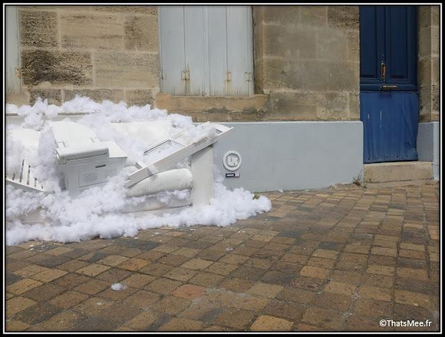 Lor-K, Divinité Urbaine n°2 Bordeaux canapé et chaises dans un nuage