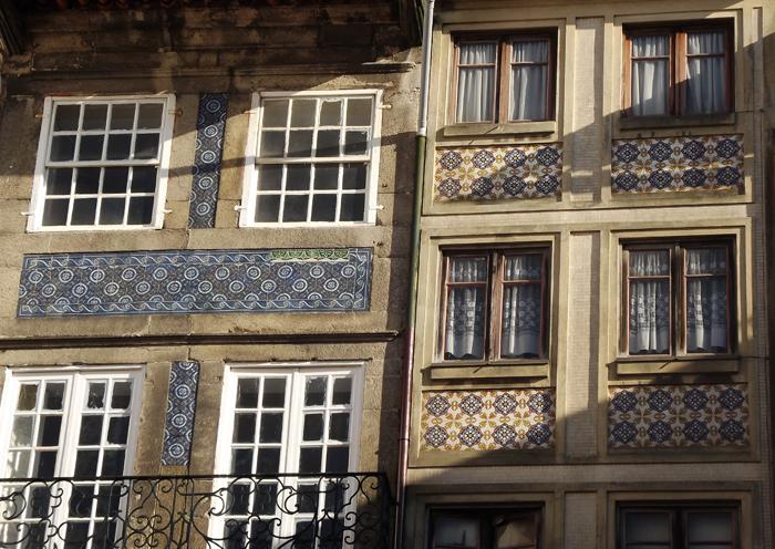 o porto encanta os azulejos nas fachadas das casas no