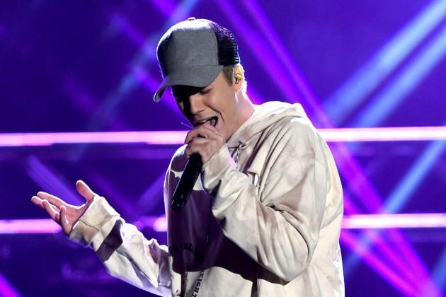 Justin Bieber aparece sorpresivamente en concierto de The Chainsmokers.
