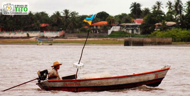 Canoa motorizada navega através da  baía de Marapanim, entre Marudá e Algodoal, no Pará