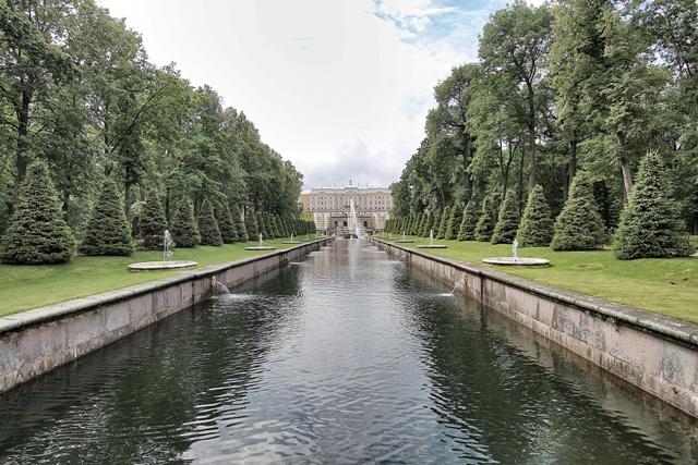 perspectiva del palacio y las fuentes de peterhof