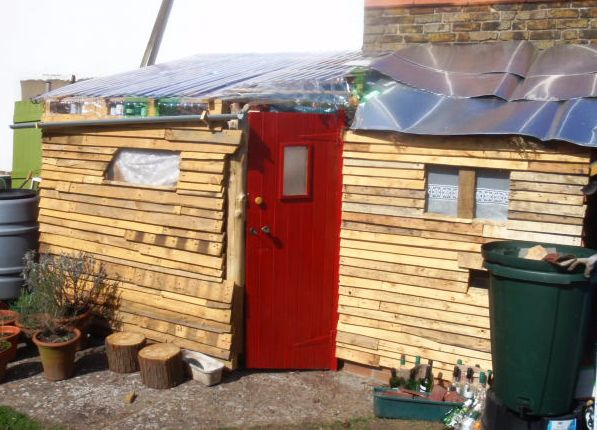 Five fab pallet sheds huts forts for How to build a playhouse out of pallets