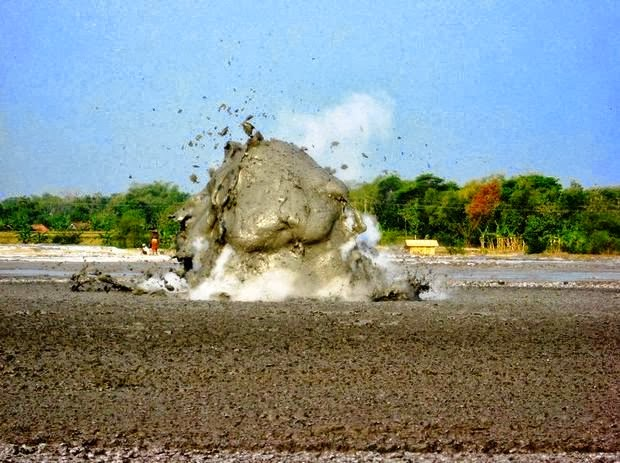 5 صور بركان الطين في اندونسيا او بحيرات الطين المتفجرة