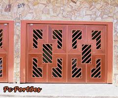 Portão detalhado em madeira .