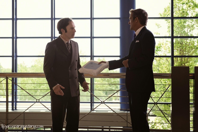 1x01 - Bob Odenkirk como Saul Goodman y Patrick Fabian como Hamlin