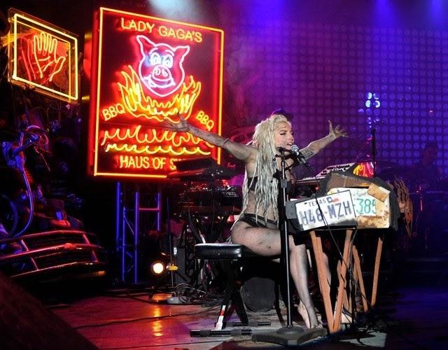 Lady Gaga hizo un espectáculo de vómitos
