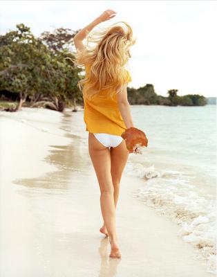 Descalza en la playa