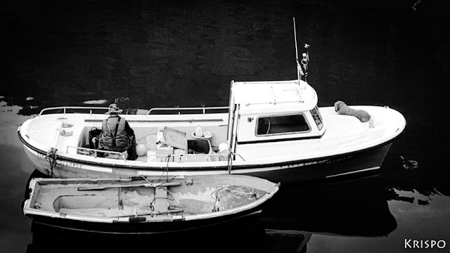 pescador sentado en su barco