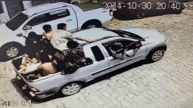 Criminosos chegaram com reféns e atirando para o alto (Foto: Reprodução)