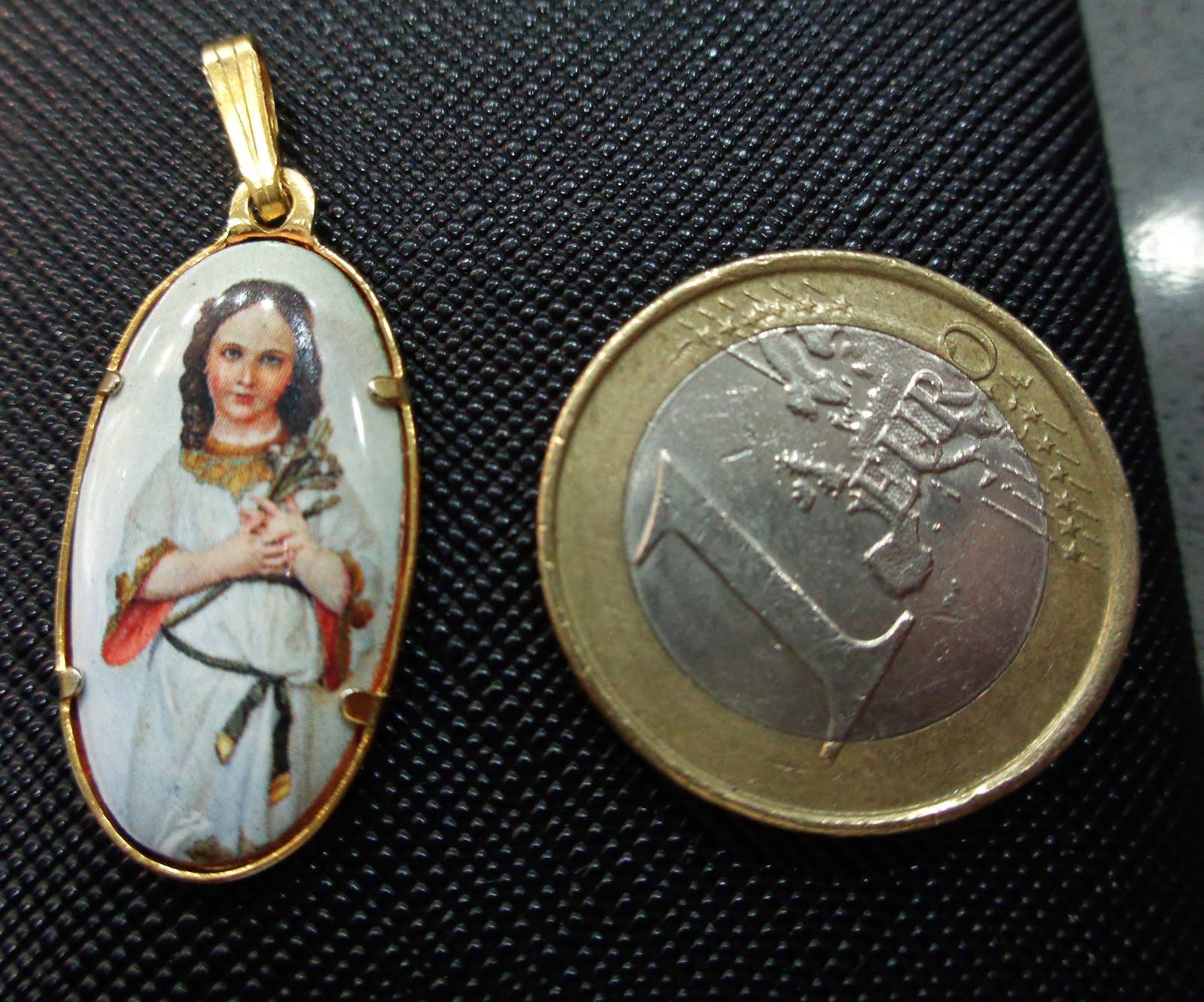 Medalla dorada de la Virgen Niña