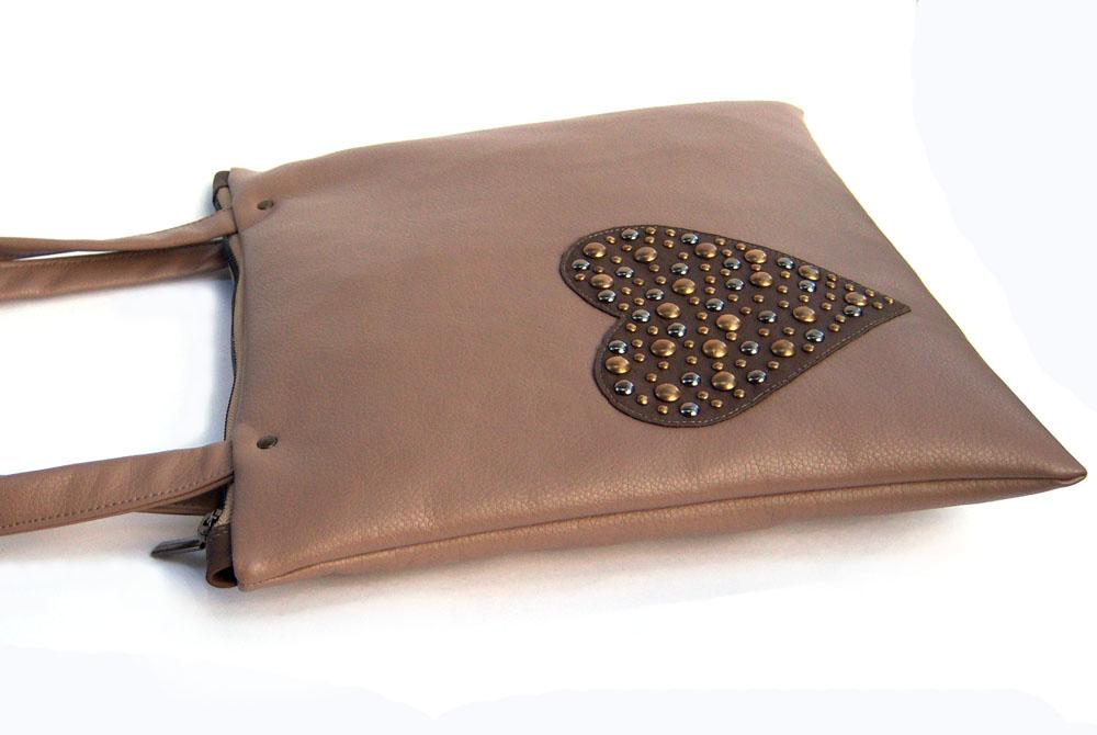 В основном шью сумки из искусственной кожи, иногда в сочетании с тканью