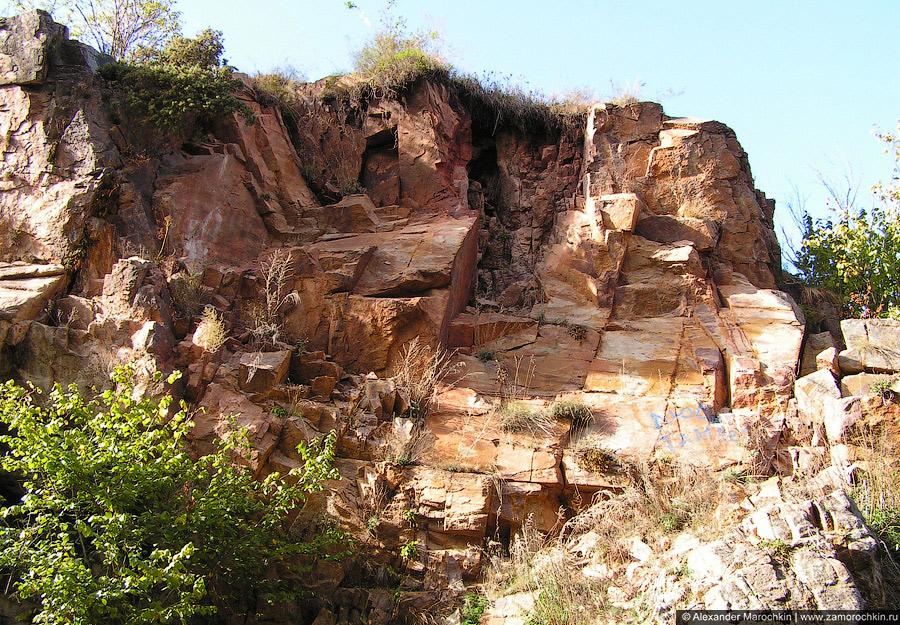 Скалы в ущелье у Медовых водопадов
