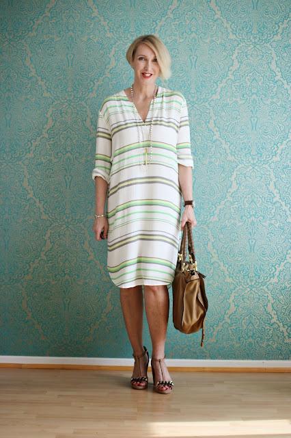 Knielanges Sommerkleid für das Büro