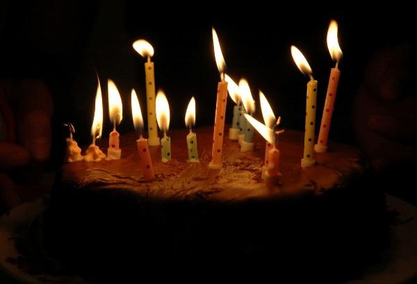 Kue Ulang Tahun Menggunakan Lilin Beraroma